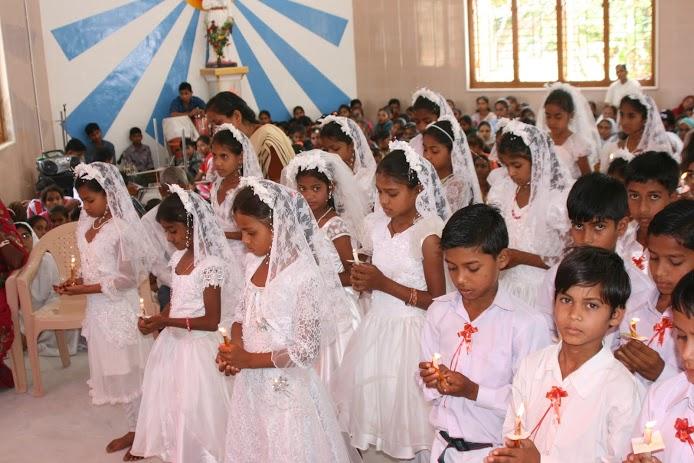 1st-Holy-communicants-in-Prayer